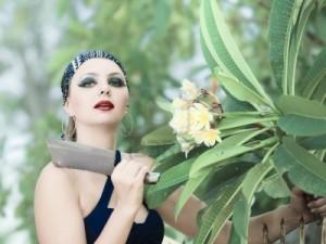 6881844-mujer-en-el-jardin-de-flores-cortadas-con-un-cuchillo